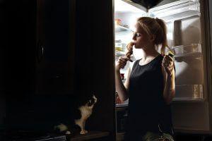 夜食べると太る理由をわかりやすく解説のアイキャッチ