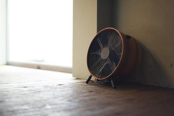 日本の蒸し暑い夏、クーラーなしで部屋を涼しくする方法のアイキャッチ