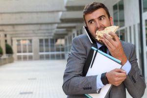 早食いが体にもたらす影響とは?よく噛んで食べるメリットも合わせてのアイキャッチ