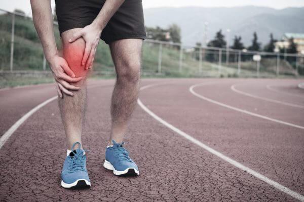 膝痛ランナー必見!ランニングで膝が痛くなる原因や対処&対策まとめのアイキャッチ